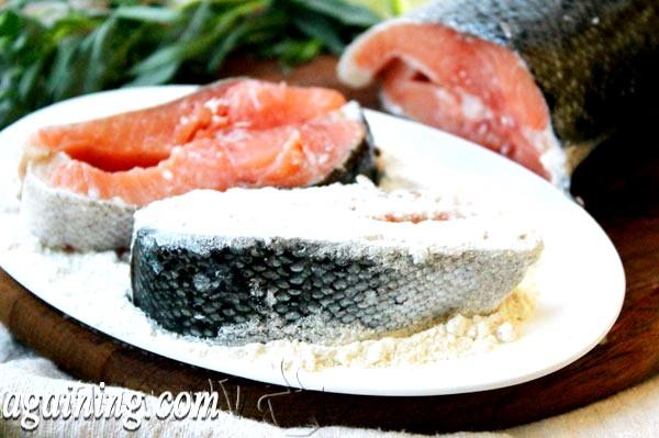Фото - лосося паніруємо в борошні