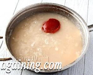Фото - солимо і кладемо томатну пасту