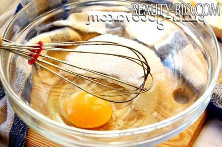 Фото - збивається цукор з яйцями
