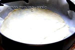 Фото - розгортає тісто для торта