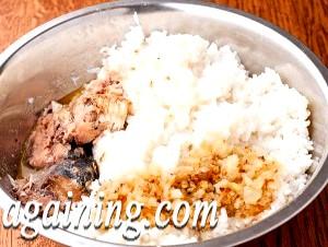 Фото - рис змішуємо з консервою і смаженою цибулею