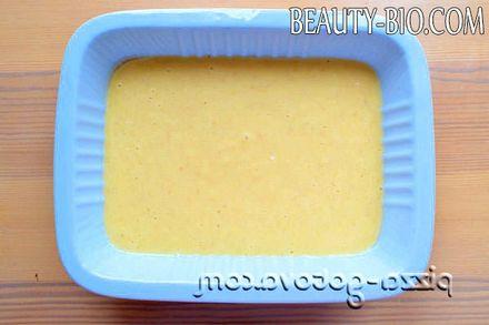 Фото - виливаємо тісто у форму для випічки