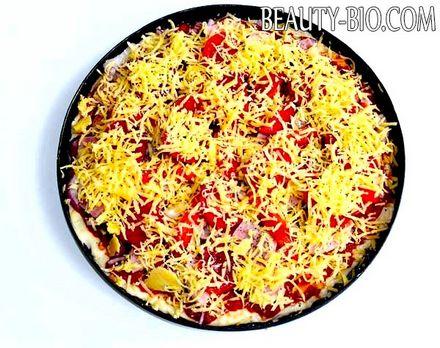 Фото - засипаємо піцу сиром