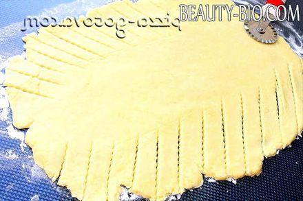 Фото - нарізати тісто косими смужками