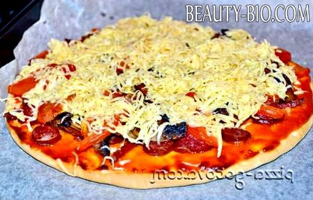 Фото - посипаємо піцу сиром