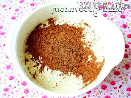Фото - частину борошна змішати з какао