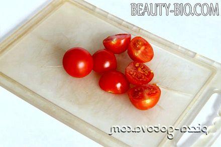 Фото - нарізаємо помідори черрі