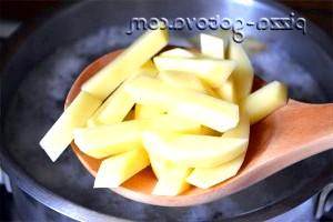 Фото - картоплю відправляємо в бульйон