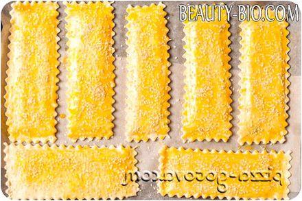 Фото - змащуємо слойки жовтком