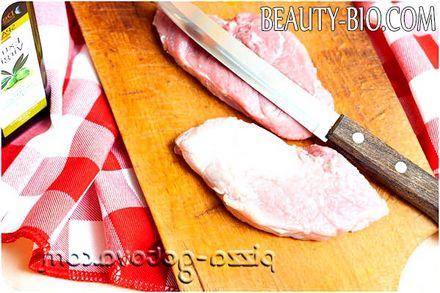Фото - ріжемо м'ясо свинини
