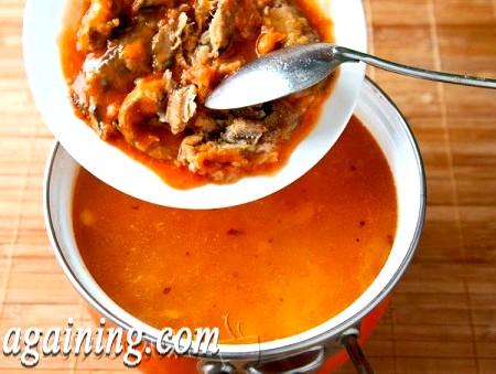 Фото - додаємо в суп консерву