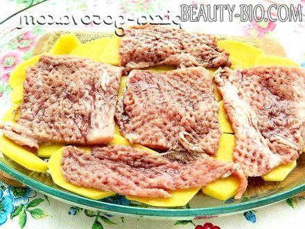 Фото - кладемо замариноване м'ясо