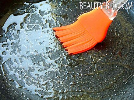Фото - змащуємо сковороду рослинною олією
