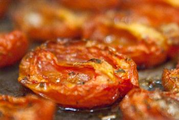 Готовые баклажаны с соусом из грецких орехов