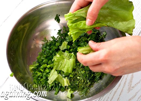 Фото - рвемо листя салату