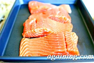 Фото: Викладіть шматочки лосося на деко