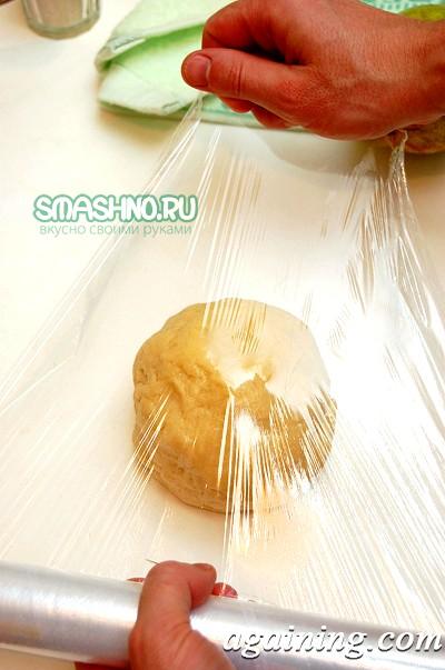Фото: Загортаю тісто в харчову плівку