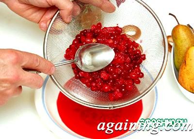 Фото: Протираю ягоди через сито