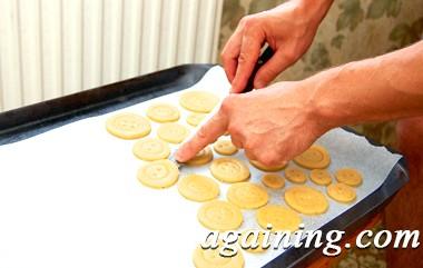 Фото: Викладаю печиво на деко