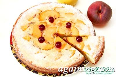 Фото: Прикрашаю пиріг з персиками пудрою і ягодами