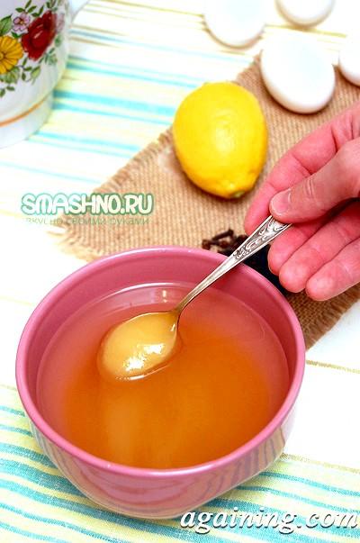 Фото: Розчиняю мед в гарячій воді
