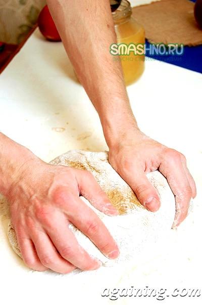 Фото: Заміс тіста руками
