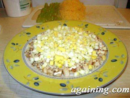 Фото: Шар яєць на салаті
