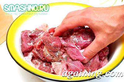 Фото: Приправляю м'ясо спеціями