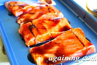 Фото: Змастіть шматочки лосося маринадом