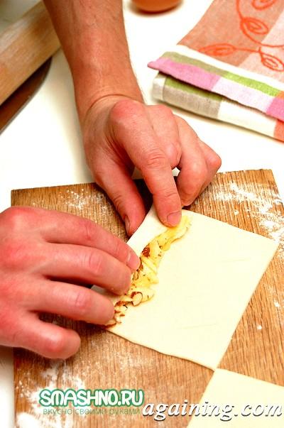 Фото: Краї тіста змащую жовтком