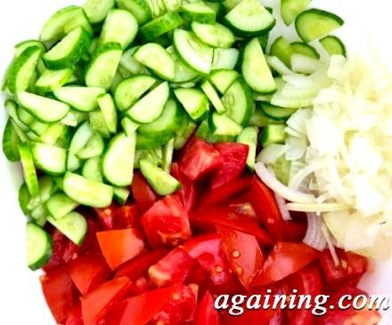 Фото: Салат з помідорів і огірків
