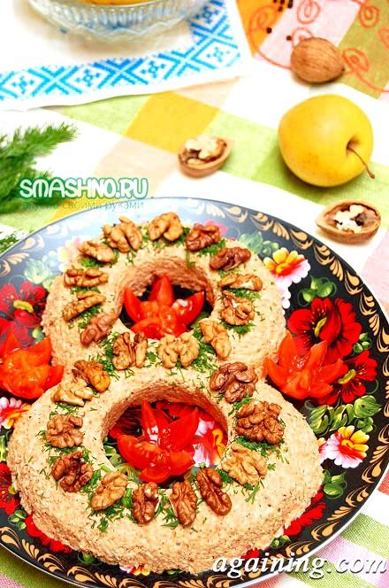 Фото: Готовий м'ясний салат з горіхами