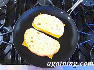 Фото: Обсмажте батон з сиром на сковороді
