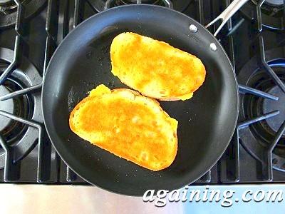 Фото: Обсмажте батон з сиром з двох сторін