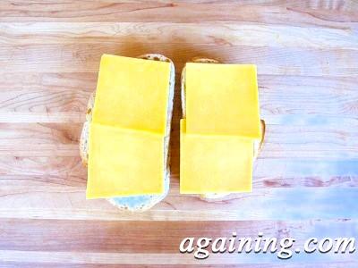 Фото: Викладіть на батон сир