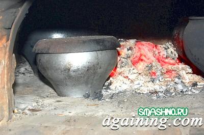 Фото: Печеня в чавунці в печі